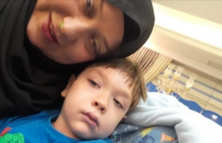 Oğlunu sarma sararak ameliyat ettiriyor