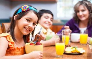 Kahvaltı yaptırmadan çocuğunuzu okula göndermeyin