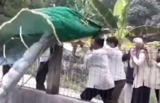 Taşıdıkları cenazeyi havuza düşürdüler