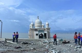 Deprem camiyi yıkamadı
