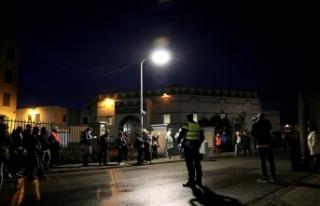 Hollandalı ırkçılardan cami önünde provokasyon