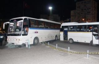 İzmir'de tur otobüsü kaldırımdaki yayalara...