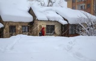 Yüksekova'da kar kalınlığı yarım metreyi...