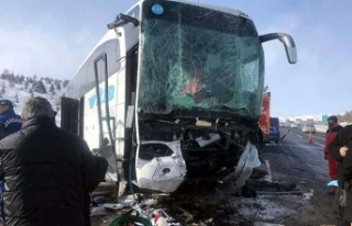 Ankara'da otobüs TIR'a çarptı: 1 ölü,...
