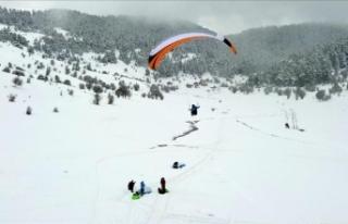 3. Abant Kış Uçuşları Festivali kapsamında paraşüt...