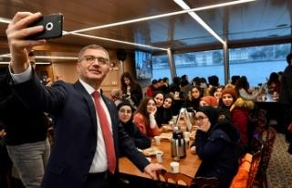 Başkan Türkmen liselileri Valide Sultan Gemisi'nde...