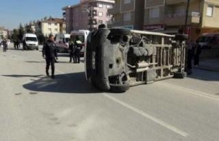 Otomobilin çarptığı servis minibüsü devrildi:...