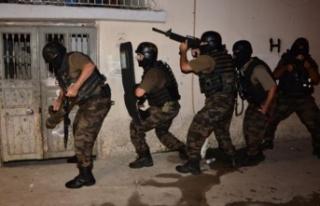 250 polis, uzun namlulu silahlar… 'Sokak çetesi'ne...