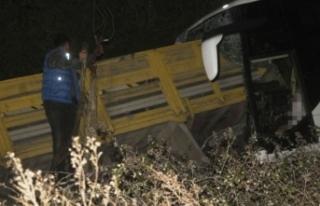 Balıkesir'de yolcu otobüsü ile kamyon çarpıştı:...