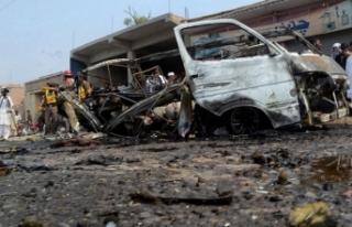 Pakistan'da trene bombalı saldırı! Çok sayıda...