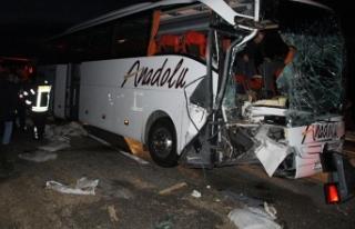 Yolcu otobüsü tıra çarptı! Çok sayıda kişi...