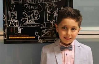 8,5 yaşında ilk karikatür sergisini açtı