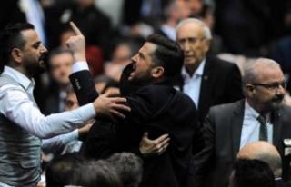 Beşiktaş kongresinde ortalık karıştı!