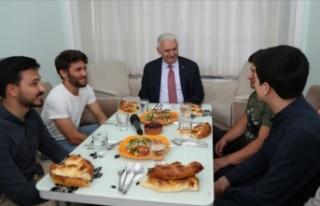 Binali Yıldırım öğrencilerle iftar açtı