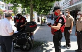 Maske takmayan onlarca kişiye ceza yağdı!