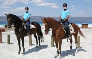 Salda Gölü'nde atlı jandarma birliği göreve...