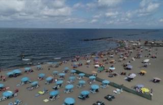 Karasu sahilleri bayramın ilk gününde vatandaşların...