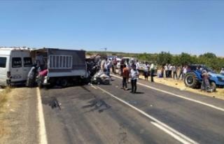 Minibüsle kamyonet çarpıştı: 15 yaralı