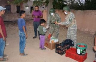 MSB: Mehmetçik yemeğini Suriyeli kardeşlerimizle...