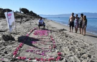 Aylan bebek cansız bedeninin vurduğu sahilde çiçeklerle...