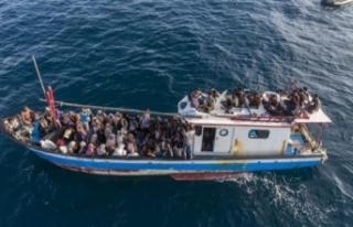 Endonezya'da denizde mahsur kalan 297 Arakanlı...