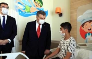 Bakan Koca çocuk hastaları ziyaret etti