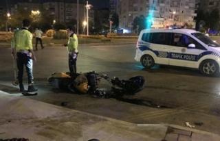 İzmir'de refüje çarpan motosikletteki 2 kişi...