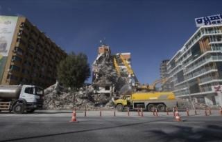 İzmir'de ağır hasarlı binaların yıkımı...