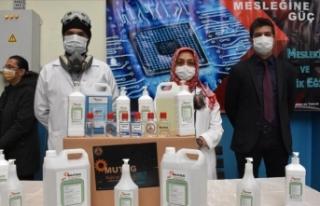 Öğretmenler 70 bin litre dezenfektan üretti