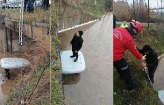 Su dolu tünelde mahsur kaldı, itfaiye kurtardı