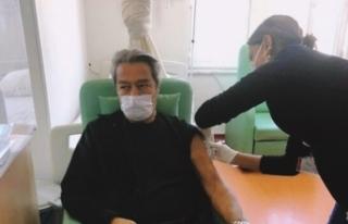 Kadir İnanır aşısını yaptırdı