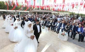 Gaziantep'te 50 çift aynı anda dünyaevine girdi