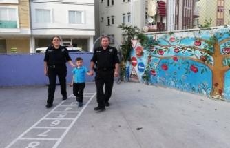 Okula gitmesi için polis gerekti