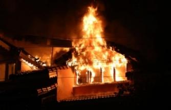 Ahşap evde çıkan yangın 3 evi daha yaktı