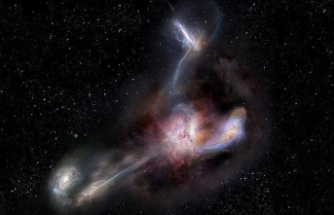 En parlak galaksi komşularını yiyor