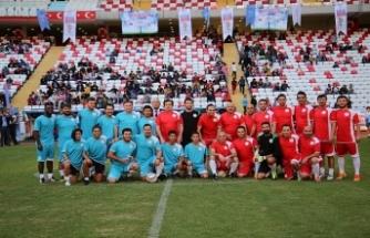 Futbolun efsaneleri Antalyalı gençlerle buluştu