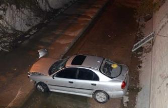 Sancaktepe'de otomobil su kanalına düştü
