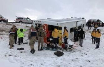 Sivas'ta yolcu otobüsü devrildi, yaralılar var