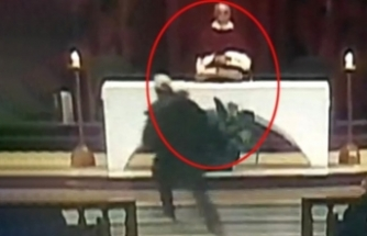 Cemaatin içinden fırlayıp Papazı bıçaklamaya başladı!