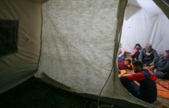 Depremden etkilenen vatandaşlar geceyi çadırlarda geçiriyor