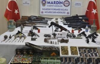 Silahlar, el bombaları ve tarihi eserler... Polisten operasyon