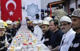 Bakan Dönmez, Somalı madencilerle iftar yaptı
