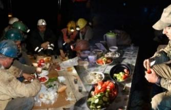 Türkiye ilk sahurunu yaptı... Kimi yeraltında, kimi dağın zirvesinde