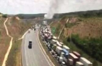 Araç yangını üçüncü köprü trafiğini kilitledi