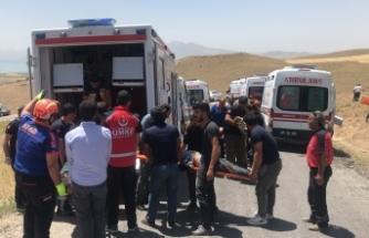 Düzensiz göçmenleri taşıyan minibüs devrildi: Çok sayıda ölü ve yaralı var