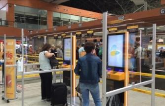 İstanbul Sabiha Gökçen Havalimanı'nda maske ve dezenfektan otomatları kuruldu