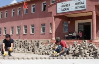 Fedakar öğretmenler okullarını güzelleştirmek için kazma kürek çalışıyor