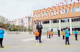 Milli Eğitim Bakanı Ziya Selçuk, kurallara uyan öğretmen ve öğrencileri tebrik etti