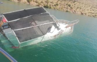 Şanlıurfa'da tur teknesi battı