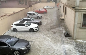 Ümraniye'de dolu binalarda ve araçlara zarar verdi